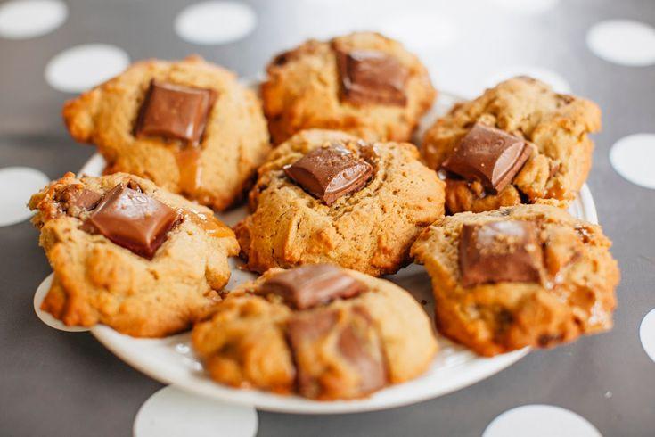 Τα μπισκότα σε όλες τους τις μορφές είναι υπέροχα αλλά τα συγκεκριμένα μπισκότα banofee έχουν μια τόσο ξεχωριστή μπανανένια και καραμελένια γεύση που θα σας συνεπάρει !!!! Εκτέλεση Προθερμαίνετε τον φούρνο στους 180C. Χτυπάτε το βούτυρο και τη ζάχαρη εωσότου αφρατέψουν. Προσθέστε ένα αυγό στο μέιγμα μαζί με τη βανίλια, τη πολτοποιημένη βανίλια και το …