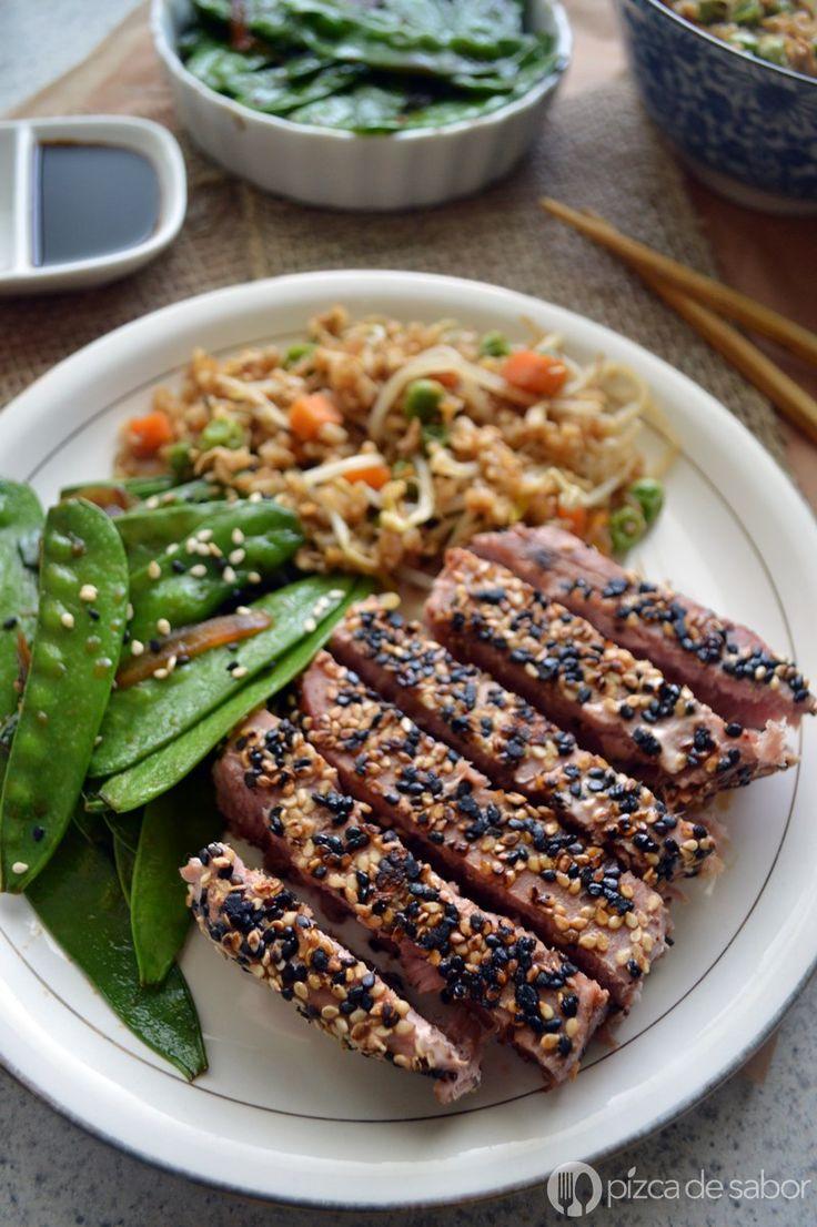 Aprende a preparar un delicioso atún cubierto con semillas de ajonjolí - sésamo. El atún se sazona con una salsa dulce picante y es muy fácil de preparar. www.pizcadesabor.com