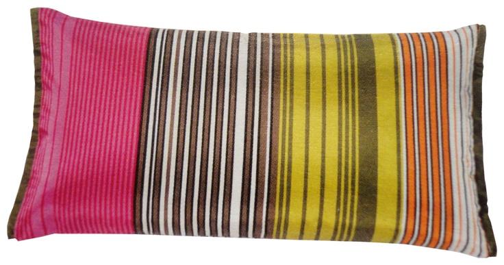 STRIPES PILLOW    Deze set van twee kussens komt uit de nieuwste collectie van Designers Guild.      Prijs gestreept zijden kussen €85,00 (inclusief gratis verzenden)    Prijs zacht geometrisch velours kussen met wol €75,00 (inclusief gratis verzenden)