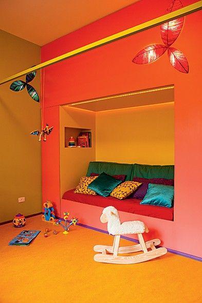 Alice tem nove meses e já ganhou este quarto de brincar na casa dos avós. A arquiteta Adriana Yazbek fez o projeto com cores ousadas. A cama de contar histórias tem a parte externa rosa e a interna, verde-limão. O rodapé é violeta e a parede, verde