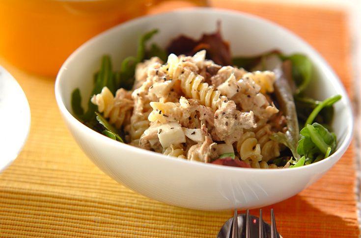 バジルペーストとマヨネーズで和えたマカロニは、まろやかでお子様でも食べやすい味。ツナとマカロニのバジルサラダ[洋食/サラダ]2010.01.18公開のレシピです。