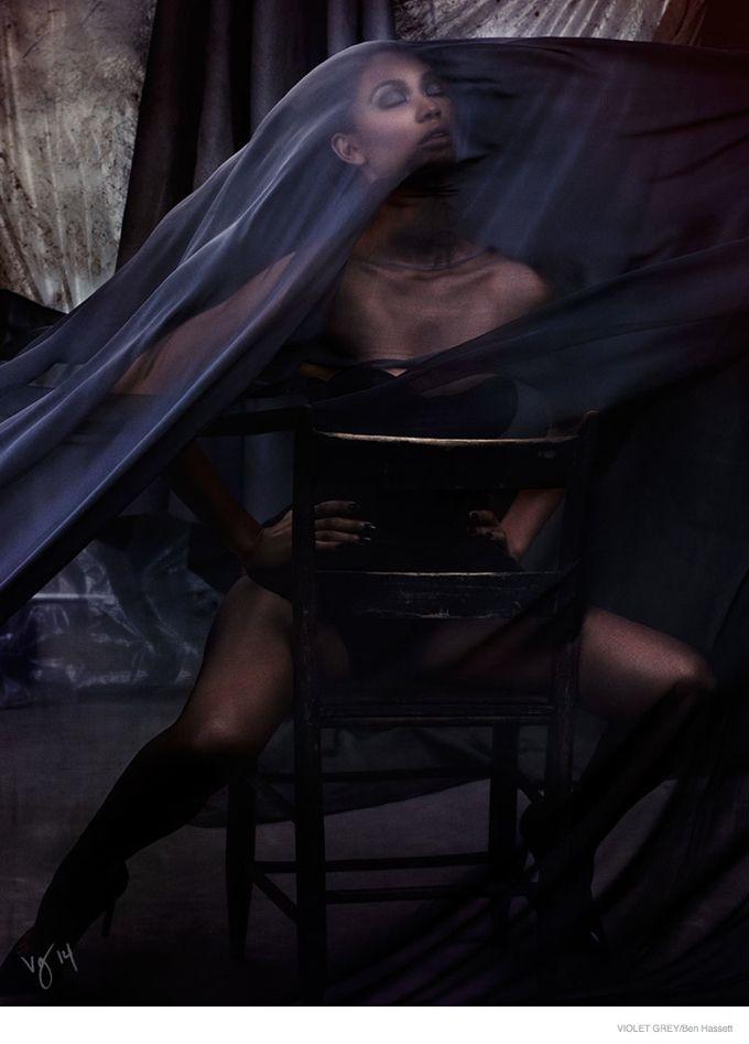 Модель Шанель Иман в Violet Grey