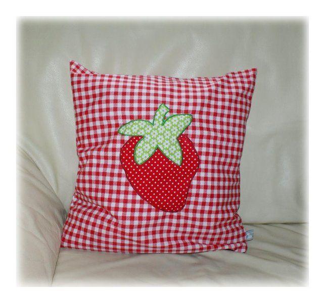 niedliches kissen mit einer erdbeere verziert du erh lst 1 kissen mit hotelverschlu die. Black Bedroom Furniture Sets. Home Design Ideas