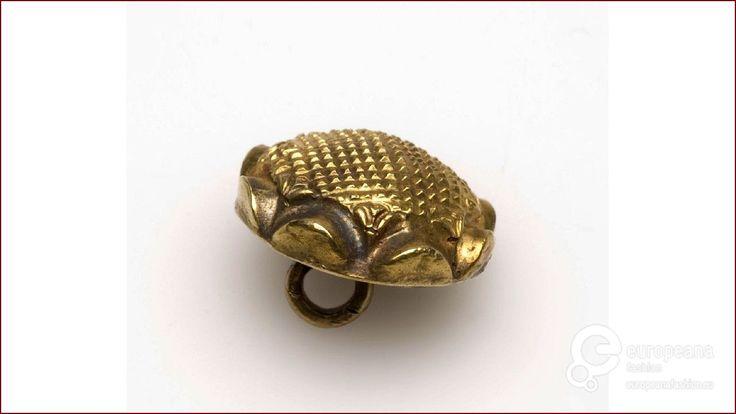 Gouden knoop voorzien van geblokt kussen on www.europeanafashion.eu