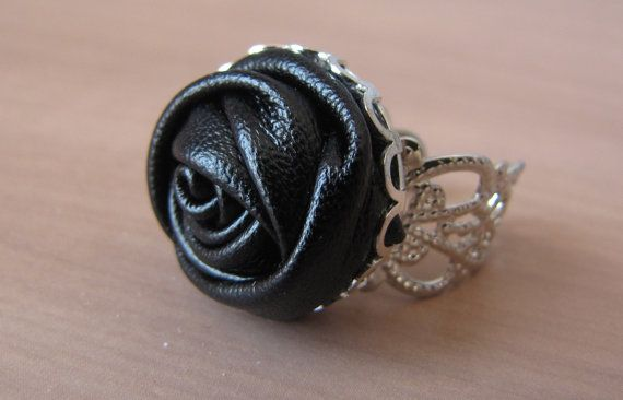 Filigree ajustable ring with black button of rose faux leather