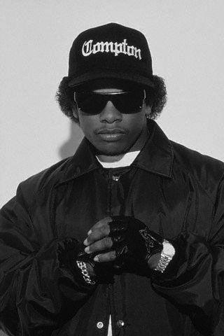 Eazy-E, de son vrai nom Eric Lynn Wright, (7 septembre 1963 à Compton – 26 mars 1995 à Los Angeles), est un rappeur et producteur Américain, membre et fondateur du groupe Niggaz Wit Attitudes. Il est considéré comme le père fondateur du gangsta rap, ayant créé Ruthless Records, le premier label spécialisé dans ce genre musical. Ce type était dans le Future avant tout les autres.