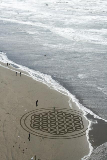 The flower of life - Sand art by Andres Amador - http://fractalenlightenment.com/13454/artwork/andres-amadors-captivating-beach-art