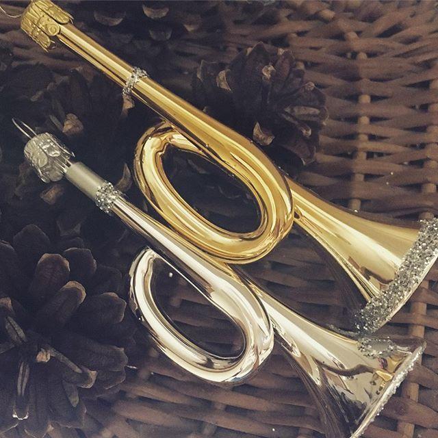 Vi har fått inn gammeldagse trompeter til juletreet etter mye leting. Munnblåst glass fra Tyskland. #julepynt #juletrepynt #juledekorasjon #julepynt #jul #julen2017 #julen #instrument#trompet#musikk#julemusikk #interiør#hjem#hytte#hytteliv#gammeldagsjul