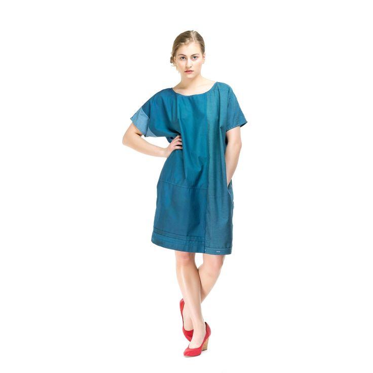 LENZI ist ein Hemdkleid, komplett aus mehreren Herrenhemden geschneidert mit angesetzten Ärmeln und 2 praktischen Seitentaschen. Wie immer zeigen wir hier nur Beispielbilder- jedes MILCH Kleidungsstück ist ein Unikat. Farbe: bläulich Länge: 92cm Hüftumfang: 58cm