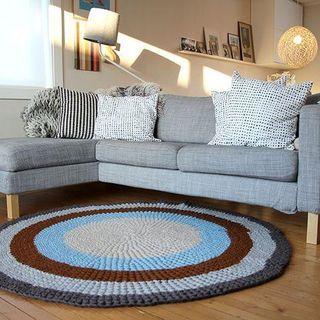 Sala de estar pequena com tapete em crochê