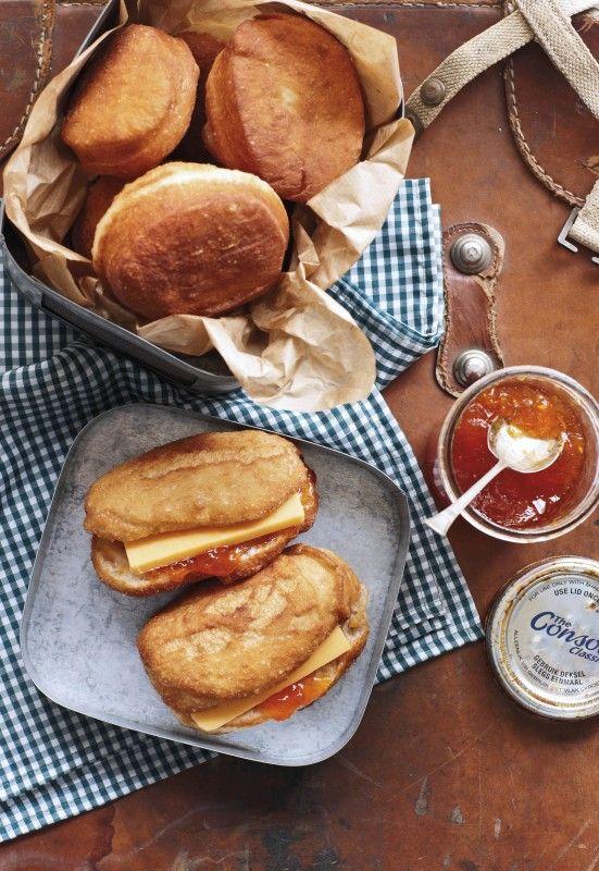 Broodvetkoek met cheddarkaas en appelkooskonfyt   SARIE