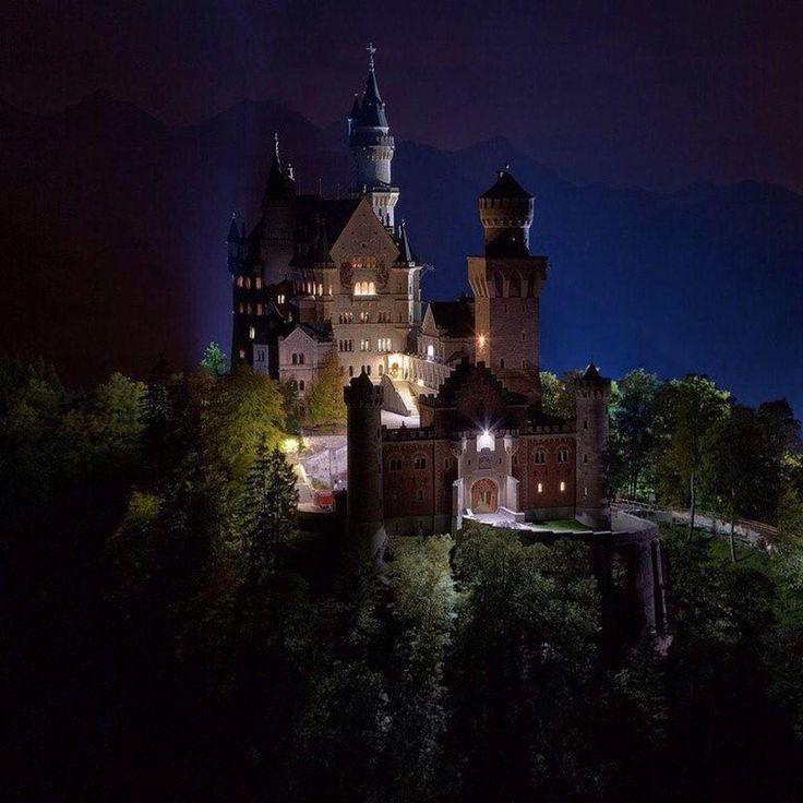 Замок Нойшванштайн ночью, Бавария, ФРГ