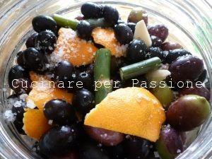 le olive marinate con l'aglio, la scorza di arancio e il finocchietto selvatico