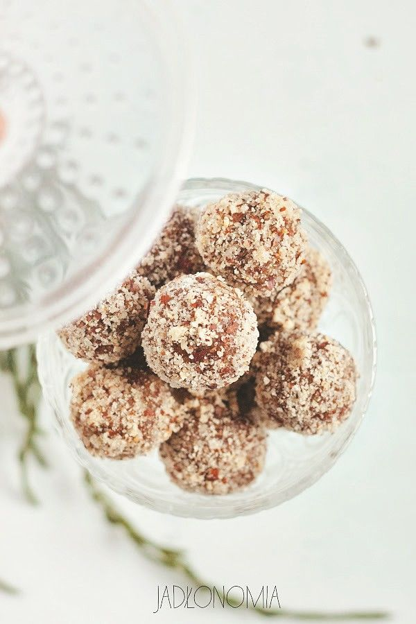 Pralinek z suszonych owoców i orzechów jest na blogu całkiem sporo - moje ulubione pralinki z suszonych śliwek, delikatne pralinki morelowe i aromatyczne różane z migdałami. Ale na święta przygotowałam też specjalne, piernikowe pralinki z [...]