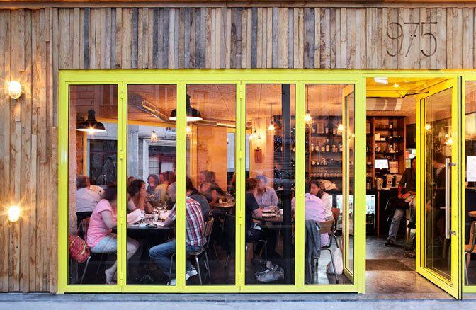 Restaurant Le 975  'Et pourtant, à midi, son combo à 16 € avec petite entrée, plat du jour (travers de porc, jus miel-orange et grenailles à la cive, ou poitrine de veau façon blanquette et penne aux herbes, par exemple), café et gourmandises, est imbattable !'