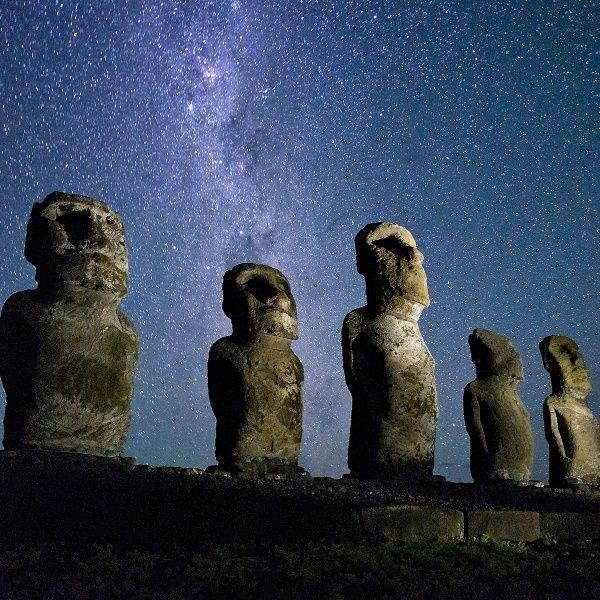 Estátuas Moais, na ilha de Páscoa, Chile, sob o céu limpo da noite. A pouca luz da ilha polinésia faz do local ideal para observação estelar. O local ao sul do Pacífico, fica a 4.100 km do Taiti e a longos 3.700 km da costa da América do Sul.  Fotografia: Jim Richardson / National Geographic Creative.  http://noticias.uol.com.br/album/2014/10/17/melhores-imagens-da-national-geographic.htm?abrefoto=609#fotoNav=603