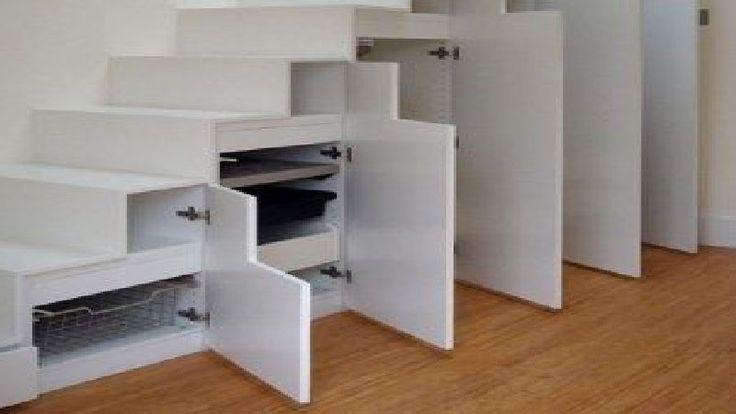Le dessous de l'escalier est un espace à optimiser avec des rangements bien pratique pour gagner de la place dans la maison, petit dressing, placard à chaussures, petit bureau sont des idées pour aménager le dessous des escaliers