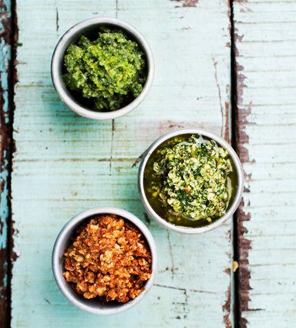 RÖD PESTO | 4 pers, 5 min. 15–20 soltorkade tomater / 100 g valnötter / 1 vitlöksklyfta / 1/2 dl olja / Salt / Svartpeppar | Mixa tomater, valnötter och vitlök. Rör ut med olja. Smaka av med salt och svartpeppar.