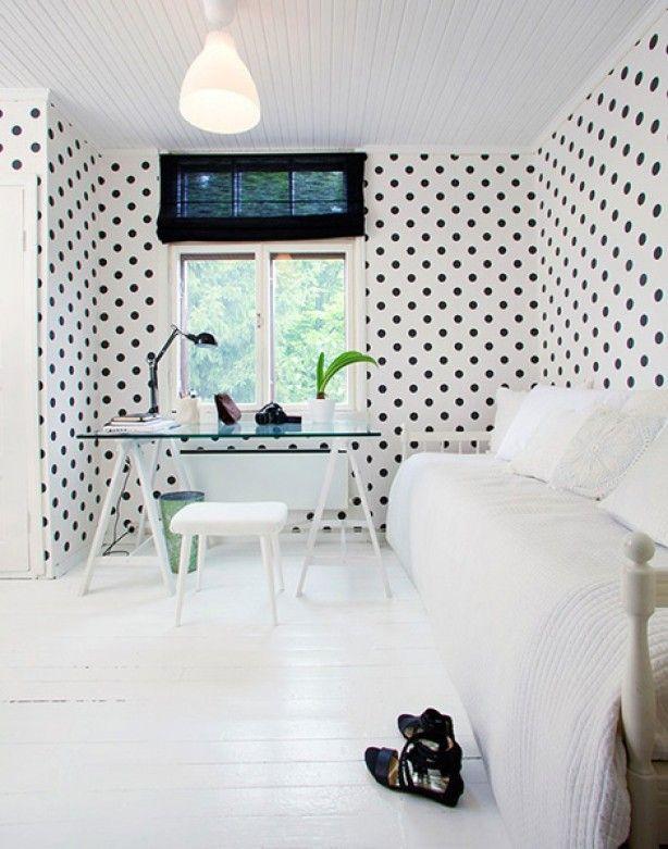 Een zwart wit stippen feestje op de muur.   http://anoukdekker.nl/een-zwart-wit-stippen-feestje-op-de-muur/