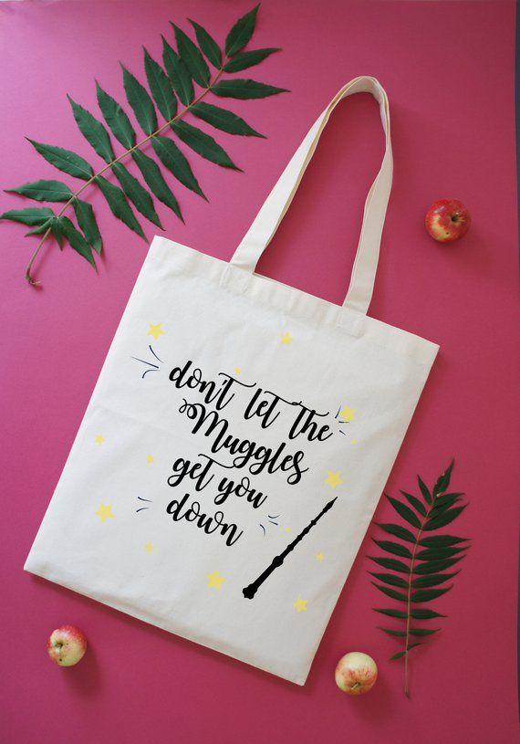 Wenn Sie Das Perfekte Geschenk Fur Die Freundin Die Harry Potter Liebt Suchen Suchen Sie Nicht Weiter Uns Harry Potter Gifts Diy Tote Bag Appreciation Gifts
