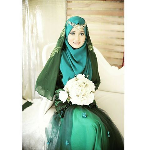 Be bold in your wedding day by wearing emerald green syari dress