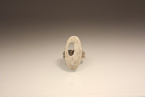YANG oval ring with holed corner, zamak silver plated. Adjustable to all sizes.