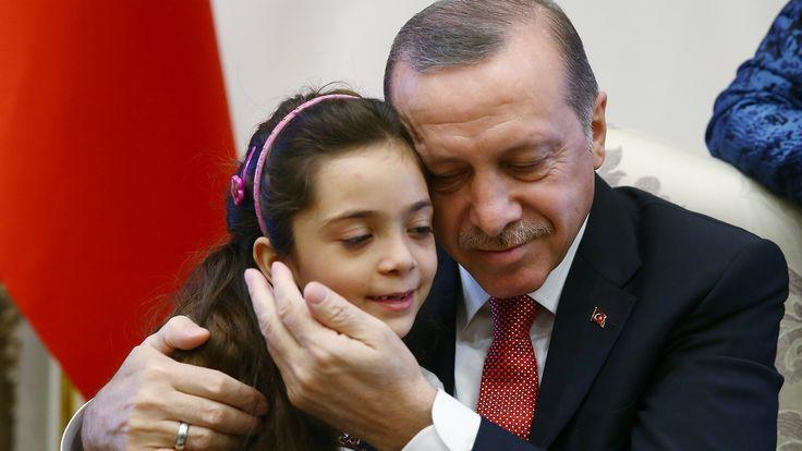 Bocah Aleppo Ungkapkan Isi Hatinya: Suatu Hari Aku Akan Kembali ke Rumah  Bana saat diterima Presiden Turki Recep Tayyip Erdogan di ibu kota Ankara  SALAM-ONLINE: Bana Alabed bocah perempuan Suriah berumur 7 tahun yang memukau dunia dengan kicauannya di Twitter terkait situasi Aleppo mengungkapkan isi hatinya dengan mengatakan Suatu hari aku akan kembali ke rumah.  Bana demikian sapaan akrabnya adalah salah satu dari ribuan orang yang dievakuasi dari Aleppo setelah mendapatkan penindasan…