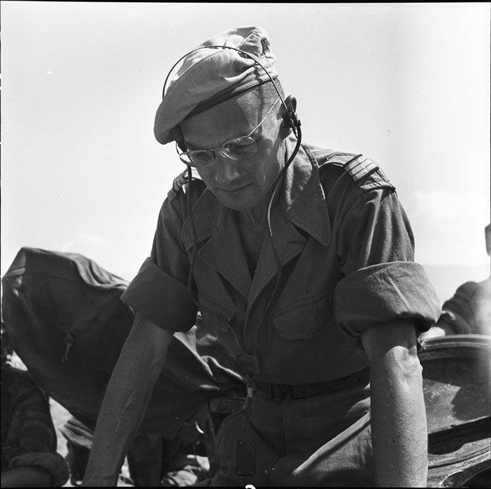 Description : Le capitaine Hervouët, commandant l'escadron de marche du 1er RCC (Régiment de Chasseurs à Cheval), au sommet de la tourelle d'un char M24 Chaffee. Date : Février 1954