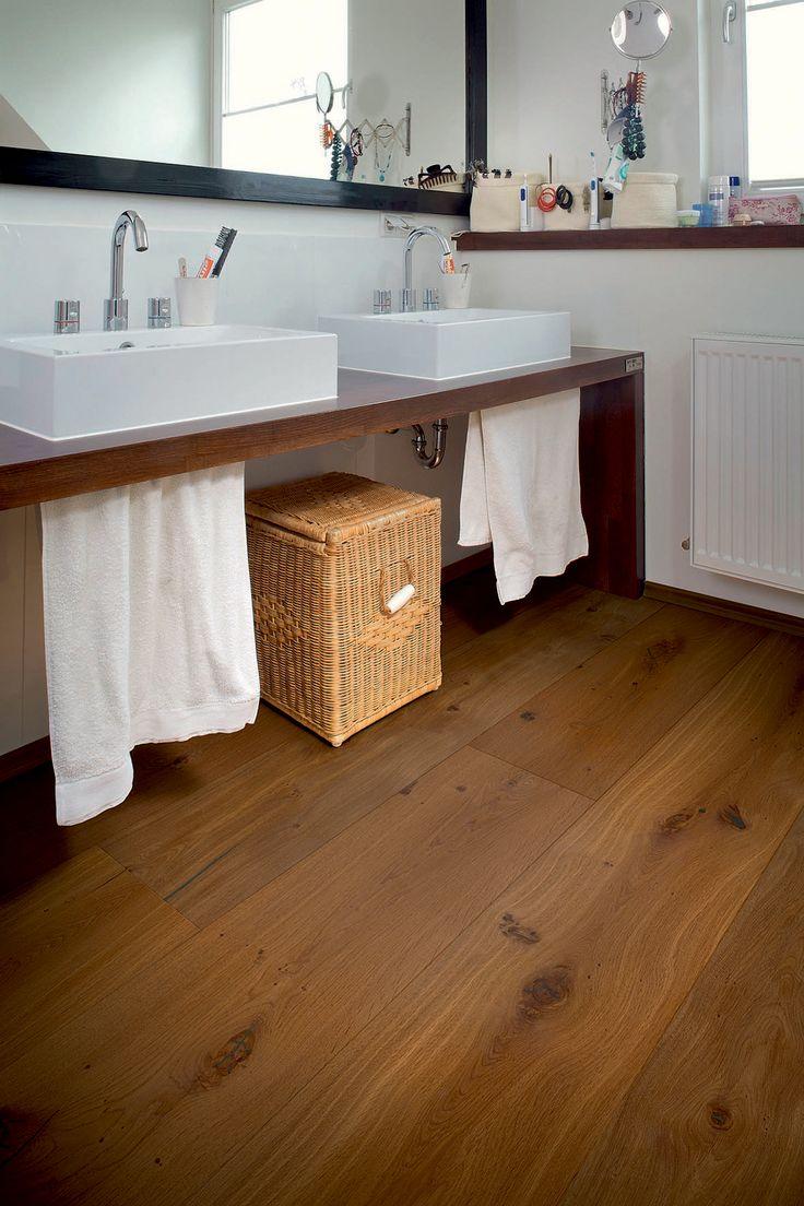 """Lange Zeit galt Parkett als repräsentativer Boden nur für die """"gute Stube"""". Doch heute können moderne Einrichter die Wertigkeit von Echtholz nicht nur im Wohnzimmer, sondern im ganzen Haus erleben. """"Wenn man ein paar Tipps beachtet, eignet sich Parkett auch für das Badezimmer"""", sagt der Vorsitzende des Verbandes der deutschen Parkettindustrie (vdp), Michael Schmid.    Holz und Wasser vertragen sich nicht, heißt es."""