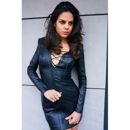 Niezwykle kobieca, skórzana sukienka ze sznurowaniem na dekolcie, które nadaje rock'owego charakteru stylizacji. le-d-sir czarny mini