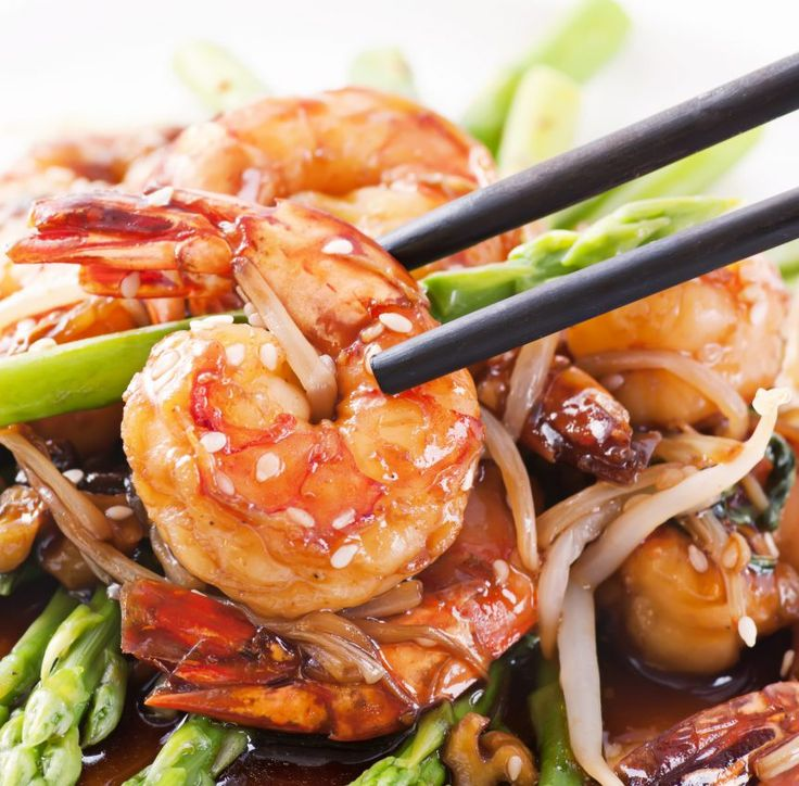 Diese Low-Carb Garnelen mit Spargel und Sojasprossen und viele weitere gesunde Meeresfrüchte-Rezepte zum Mittagessen findest Du auf Vitalkochen.