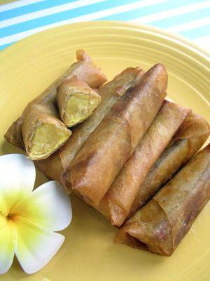 バナナルンピア::ハワイらくちん食卓   元はフィリピンの素朴なデザートです。大学イモに似てるから、たくさんできたらお弁当にどうぞ! アロハロコモコ   材料 料理用バナナ・ 1本 さとう・ 30g 春巻きの皮・ 6枚 揚げ油 適量 ■ 作り方 1  材料です。プラナータは料理用バナナで生では食べられません。 2  バナナを3等分にカット、指で皮を剥きます 3  さらに半分にカット 4  砂糖をまぶしておきます。 5  春巻きの皮に巻きます。半分にカットしてあります。 6  揚げる前です 7  ★ココがポイント!:オイルで中火以下で揚げます。皮がこげやすいので火加減に注意です。 8  8分〜10分、こんがりきつね色になったら油からだします 9  できあがり。アイスクリーム、メープルシロップなどなどお好みで添えて。 10  ★ココもポイント!: 皮を剥くのがけっこうたいへん。 コツ・ポイント ●コツ:揚げる火加減に注意です。●ポイント:できあがりは思ったより甘くはないので、甘いのがお好みでしたら巻くときに砂糖を増やして巻いてみて下さいね。私は黒糖で作りました。 レシピの生い立ち…