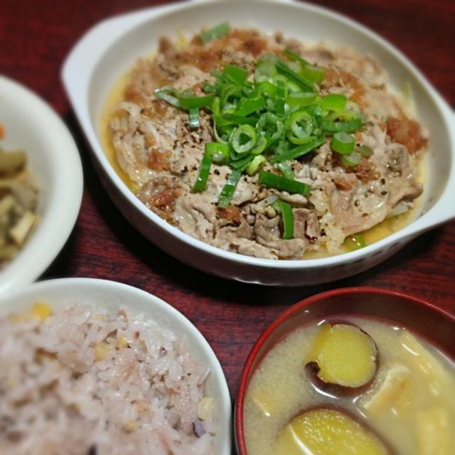 クックパッドの再現料理です。 http://cookpad.com/recipe/1840141 レシピには白菜入ってないけど、冷蔵庫で余ってたから入れてみた! - 4件のもぐもぐ - 豚もやしと白菜の梅風味レンジ蒸し&さつまいもと油揚げの味噌汁 by palico
