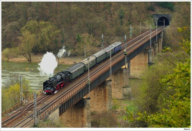 Noch ein etwas anderer Blickwinkel auf die 01 118 mit ihrem DRG-Schnellzug 86064 auf der Brücke nach dem  Petersberg-Tunnel; 3.4.2010.