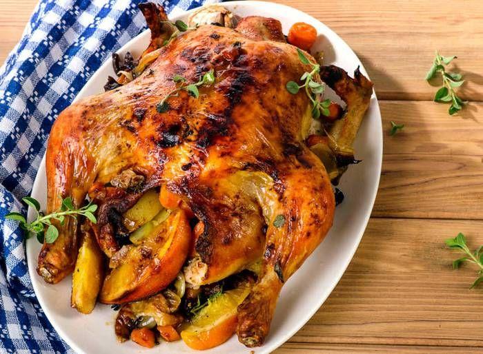 クリスマスといえばローストチキン!クリスマスといえばローストチキン。鶏肉をオーブンやグリルで焼いた料理です。いろいろな調理法はありますが、丸焼きであるために、旨みが逃げにくく、全ての部位を思う存分堪能することができます。本場アメリカでは七面鳥のローストが好まれています。また、ヨーロッパではガチョウのローストも人気があります。▶ローストチキンの歴史クリスマスにローストチキンを食べるようになったのは、