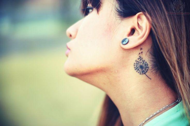 tatu pequeño detrás de la oreja