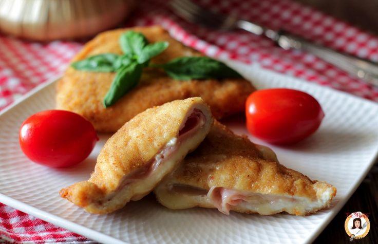 Ricetta con e senza Bimby dei CORDON BLEU DI POLLO senza macinato. Fatti con fette di petto di pollo farcite, cotte al forno o fritte. Ricetta facile video
