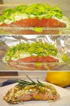 Lækre laksepakker med porrer, creme fraiche og citron. Det hele tilberedes i ovnen, så det er utroligt nemt.