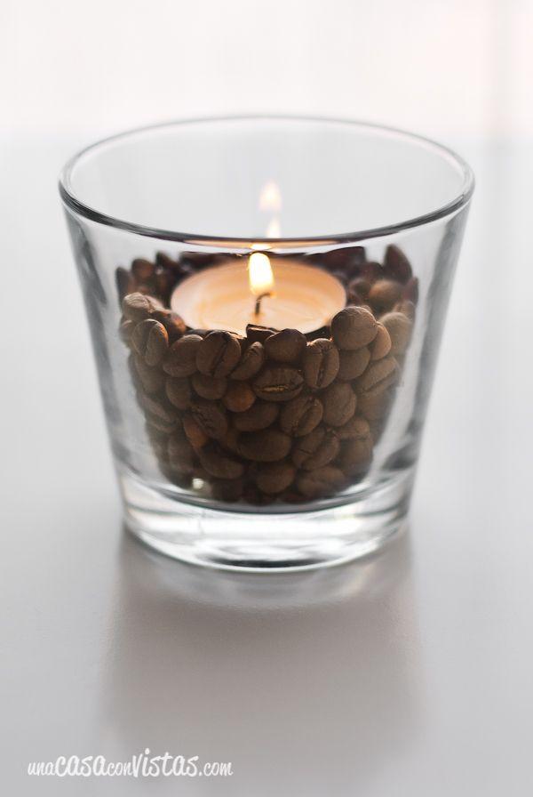 Algo tan sencillo y barato como unos granos de café pueden ayudarte a conseguir que tus velas pequeñas (conocidas como velas de té o tealights) tengan el protagonismo que se merecen. Hemos cogido el vaso de cristal de una antigua vela ya gastada (poniéndolo al baño María para despegar la cera sobrante con facilidad), lo…