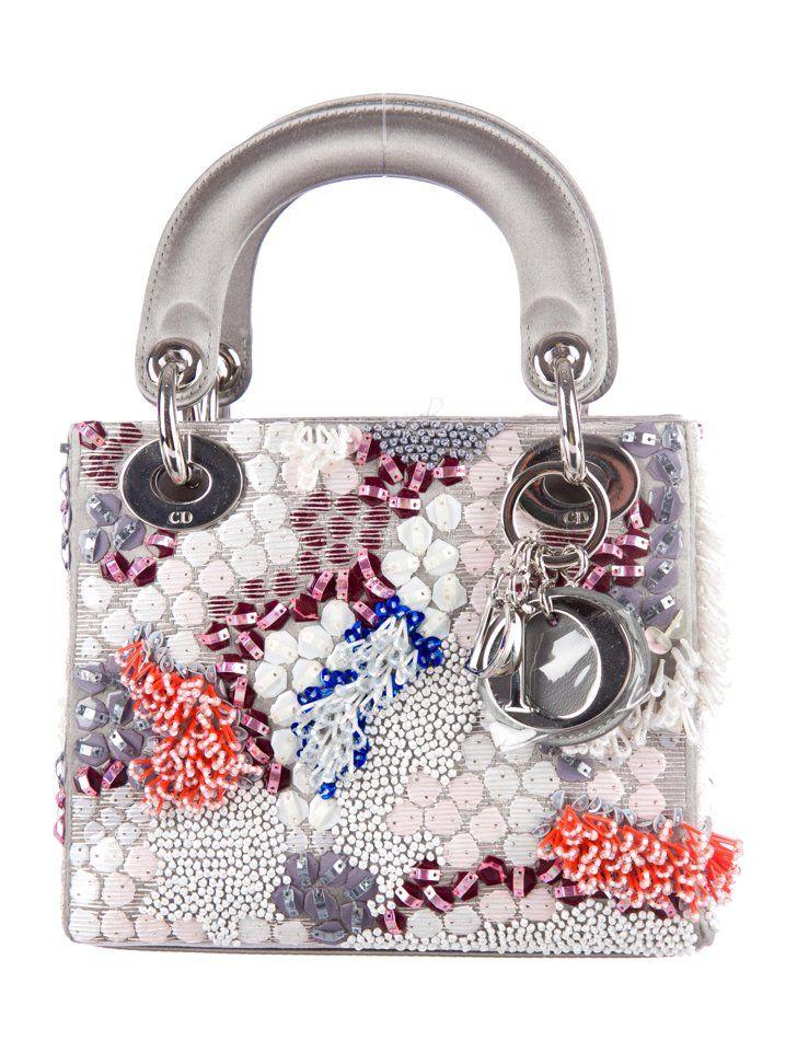 """Pin for Later: Es ist nicht zu früh, diese 17 It-Bags auf euren Wunschzettel zu schreiben Die Tasche: Dior """"Lady"""" Tasche Dior """"Lady"""" bestickte Tasche (ca. 4.360 €)"""