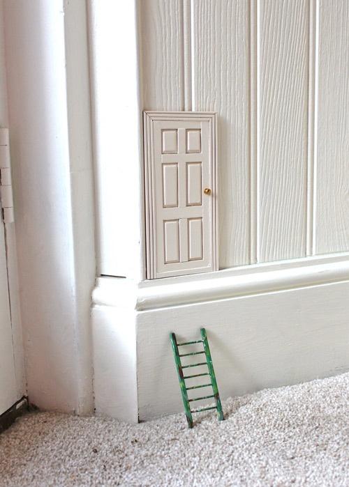 Für etwas Magie und die ein oder andere Inspiration im Kinderzimmer sorgen kleine Elfentüren an der Wand.