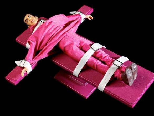 killme. Los nuevos accesorios de moda de la Barbie son toda una serie de complemento en alusión a la pena de muerte
