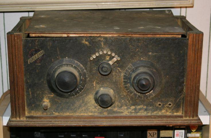 kuva: Raimo Jokinen  Turun radion vastaanotin T.R. 3 suunnittelijana on toiminut Leo Lindell. Radio on tekniikaltaan tyypillinen 1920-luvun lopun radio. T.R. 3 on varustettu kolmella putkella. Ensimmäisenä antennista lähtien on takaisinkytketty hilailmaisija. Kaksi muuta putkea toimivat muuntajakytkettynä äänitaajuusvahvistimena.