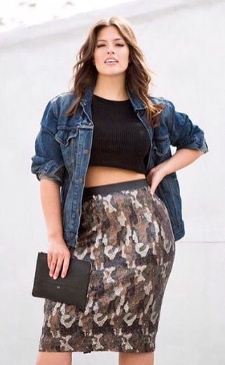 CURVY BEAUTIES // Ashley Graham with crop top and printed skirt #denimjacket…