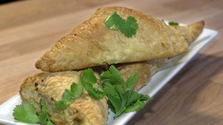 Indiske samosa med poteter, løk, erter og herlig indisk krydder. Anne Hjernøe lager dem med ferdig kjøpt butterdeig.