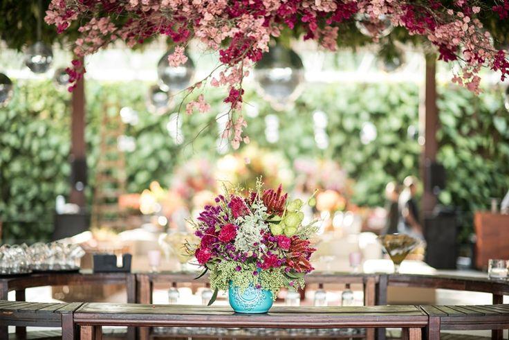 Casamento ao ar livre: arte floral colorida
