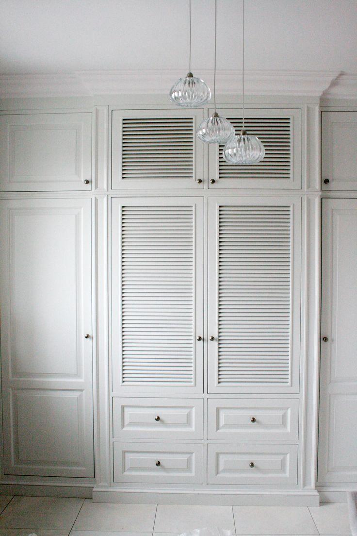 Olchowa Szafa Z żaluzjowymi Drzwiami Wooden Furniture