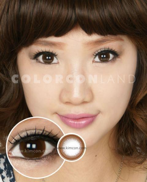 ●ディアマン チャーミングブラウン [Big 14.5]● この茶色のリングサークルは、ワントーン明るめの栗色のワンカラーで着色されています。やや薄め→濃いライン→薄い黒の放射状と三段階に黒の着色がされており、立体感のあるデザインのカラコンです。瞳のフチの部分は薄いトーンで描かれているためクッキリ感がなく、内側に濃く描かれた黒リングが瞳に程よい目ヂカラを与えます。自然でありながらも瞳にさり気ない力強さを加えます。☆カラコンランド☆