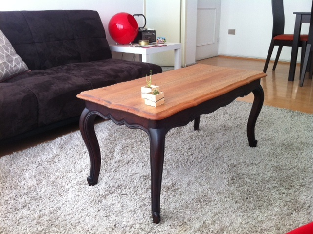 Mesa de centro, madera trabajada en dos colores.