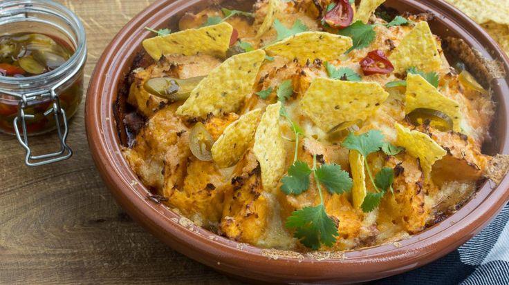Ovenschotel 'chili con carne' met zoete aardappel, zure room en nacho's | VTM Koken